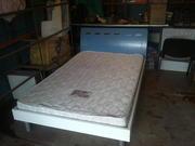 Кровать, столик.